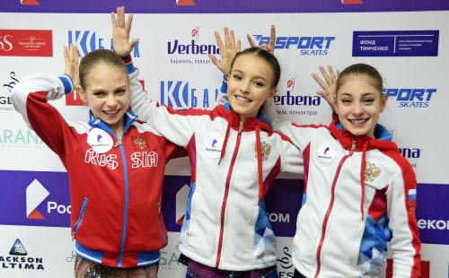 ロシア選手権女子を制したシェルバコワ(中央)。左は2位のトルソワ、右は3位のアリョーナ・コストルナヤ=共同