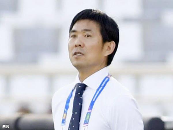 アジアカップ初戦のトルクメニスタン戦で戦況を見つめる森保監督=共同