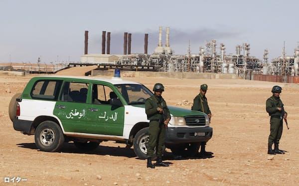 テロ事件が起きたイナメナスのガスプラント付近で警備にあたるアルジェリア軍兵士(2013年1月31日)=ロイター