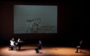 「ムーンライト」はピアノに思い入れのある70代男性(中)の人生を演出家・村川拓也(右)との対話で振り返った=前谷 開撮影