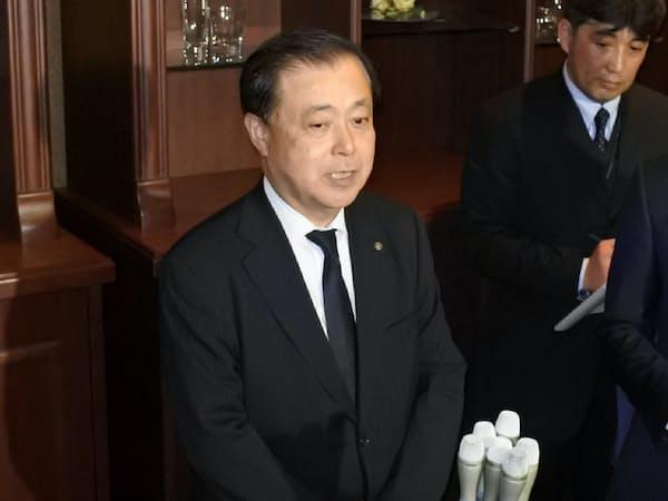 記者団の取材に応じる原電の村松衛社長(10日、水戸市)