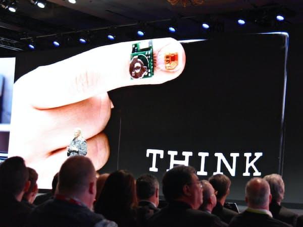 米IBMは血糖値を監視する「シュガーIQ」を米メドトロニックと共同開発した。指先に付けたセンサーとAIで4時間先の血糖値を予測できる