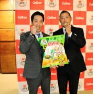 商品の試食をする元広島東洋カープの天谷氏(左)と広瀬純氏(10日、広島市)