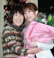 記者会見で母の幸代さん(左)と抱き合う吉田沙保里さん(10日、東京都新宿区)