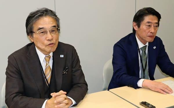 記者会見する石野博社長(左)と毛利訓士次期社長