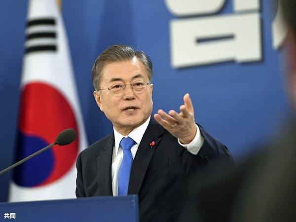 10日、ソウルの韓国大統領府での年頭記者会見で報道陣の質問に応じる文在寅大統領=共同