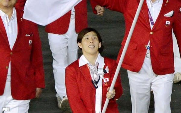 2012年のロンドン五輪開会式の入場行進で日本選手団の旗手を務める吉田=共同