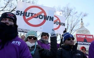 政府閉鎖に抗議する政府職員ら(10日、ワシントン)=ロイター
