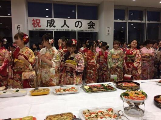 実践女子学園では学校に卒業生を集めて「成人の会」を毎年開く(昨年1月、東京都渋谷区)