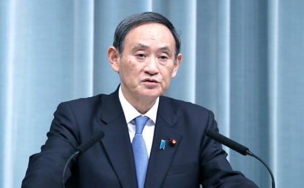 記者会見する菅官房長官(11日午前、首相官邸
