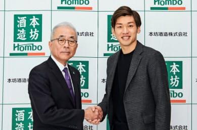 本坊和人社長と握手する大迫選手(右)