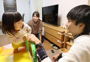 企業のインターンシップで社員の自宅を訪問し子育てを体験する学生(京都府京田辺市)