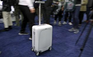 持ち主を特定してついてくるスーツケースがあれば旅行のストレスは減るかもしれないが、こうした商品は個人のプライバシーの潜在的な喪失につながる=AP