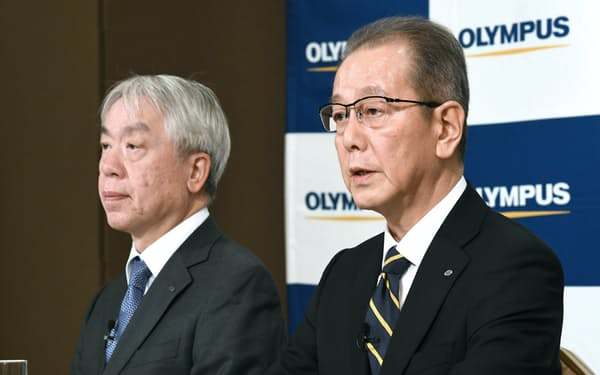 オリンパスの社長兼CEOに就任する竹内康雄副社長兼CFO(右)と笹宏行社長(11日午後、東京都千代田区)