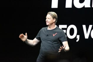 CESの基調講演に登壇したベライゾン・コミュニケーションズのハンス・ベストベリ最高経営責任者(CEO)。お堅いイメージの同社としては珍しいTシャツ姿で登場した