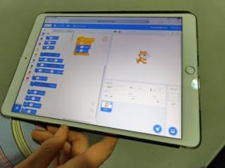 スクラッチでは左に並んだブロックを中央のエリアで組み合わせてプログラムを作成する