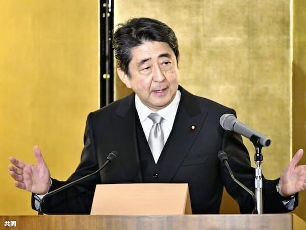 年頭記者会見をする安倍首相(4日、三重県伊勢市)=共同
