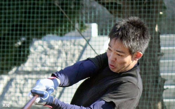 打撃練習する西武の秋山(11日、静岡県下田市)=共同