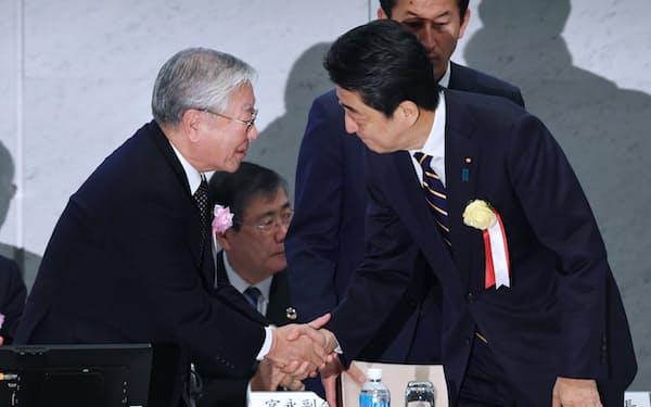 握手する中西経団連会長(左)と安倍首相(2018年12月26日、東京・大手町)