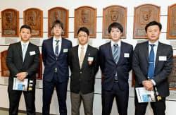 野球殿堂博物館を訪れ、記念写真に納まる根尾昂内野手(中央)ら中日の新人選手たち(11日、東京都文京区)=代表撮影