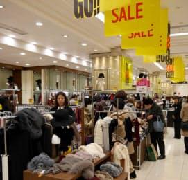 気温が高めに推移し、冬物商品の売れ行きに影響が出ている(福岡市の百貨店)