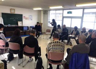 西日本豪雨被害からの復興について住民会合で意見を交わす参加者ら(2018年11月、広島県坂町小屋浦地区)