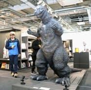 「円谷英二ミュージアム」に展示されている高さ約2メートルの初代ゴジラを模したスーツ(11日午前、福島県須賀川市)=共同