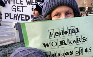 政府閉鎖への抗議活動が全米に広がっている(11日、ボストン)=AP