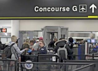 保安検査員が足りず一部発着ゲートが閉鎖へ(マイアミ国際空港、11日)=AP
