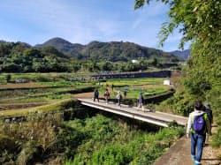 神奈川県伊勢原市のウオーキングイベントで市内の遺産を巡る市民=同市提供