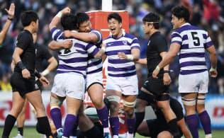 決勝戦の後半、武井のトライに喜ぶ明大の選手たち。打倒帝京を目標にチームを高め、22年ぶりの日本一を手にした