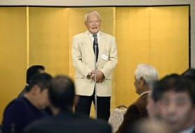 近鉄OBによる最後の活動となった親睦会で、あいさつする鈴木啓示会長(12日、大阪市)=共同