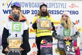 スノーボードのW杯女子スロープスタイルを制した鬼塚雅=中央(12日、クライシュベルク)=共同