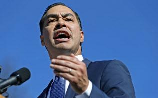 12日、米テキサス州サンアントニオで演説し、大統領選への立候補を表明するカストロ氏=ゲッティ共同