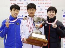 総合優勝した吉永一貴(中央)。左は2位の渡辺啓太、右は3位の横山大希(13日、帝産アイススケートトレーニングセンター)=共同