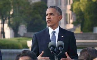 オバマ前米大統領は平和の軸線上に位置する慰霊碑前で演説した(2016年5月)