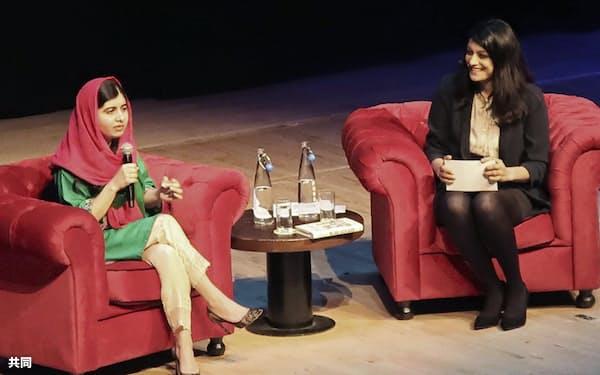 出版記念講演会で、難民の少女らとの出会いについて話すマララさん(左)(11日、ロンドン市内)=共同
