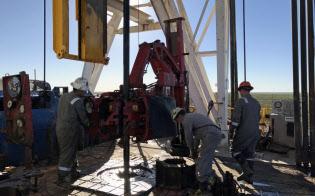 米原油生産をけん引するシェールオイル=ロイター
