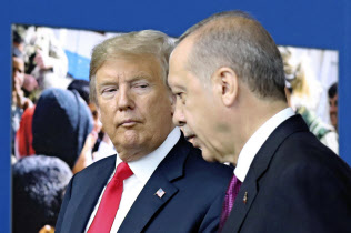 トルコのエルドアン大統領(右)はトランプ米大統領と意思疎通が円滑に進まないことが目立つ(18年7月、ブリュッセル)=AP