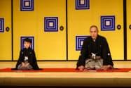 十三代目団十郎の襲名を発表する市川海老蔵さん(右)と新之助を名乗る堀越勸玄さん(14日午前、東京都中央区の歌舞伎座)