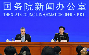中国税関総署が発表した18年12月の貿易統計は2年2カ月ぶりに輸出・輸入が前年同月の水準を下回った(14日、北京)=共同