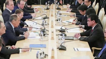 14日、モスクワでロシアのラブロフ外相(左手前から2人目)との協議に臨む河野外相(右手前)=ロイター