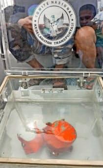 ライオンエアの旅客機が墜落した現場海域付近で発見されたボイスレコーダー(下)(14日)=インドネシア海軍提供・共同
