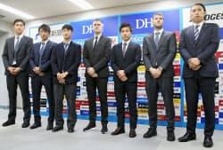 J1鳥栖のカレーラス新監督(中央)とMF原(左から2人目)ら新加入選手(14日、鳥栖スタジアム)=共同