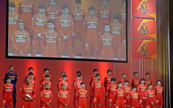 新体制発表会で舞台上に並んだJ1名古屋の選手たち(14日、愛知県豊田市)