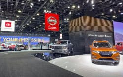 北米国際自動車ショーの日産自動車(右手前)とトヨタ自動車のブース(14日、米デトロイト)=共同