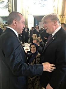米トルコ首脳間の溝は埋まっていない(2018年11月、パリ)=トルコ大統領府・アナトリア通信提供