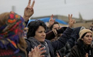 トルコ国境に近いシリアの町でVサインを掲げるクルド人の女性たち(2018年12月)=ロイター