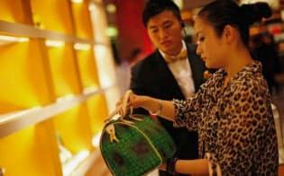 財布のひもを締め始めた中国の消費者に世界の高級ブランドは身構える=ロイター