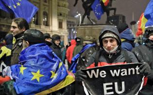 10日、ブカレストで反EU姿勢を示すルーマニア政府に抗議する人々=AP